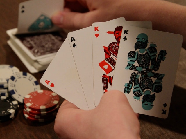 هل يمكن للمقيمين اللعب عبر الإنترنت على مواقع المقامرة؟